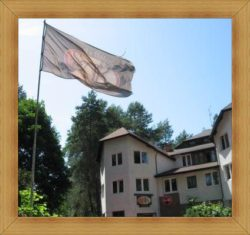 Noclegi Olsztyn Hotel Restauracja flaga z logo SAK
